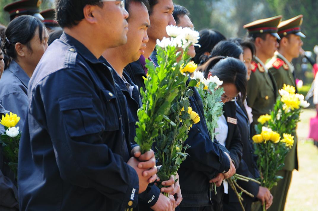 敬献鲜花纪念最可爱的人
